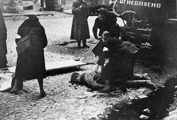 RIAN_archive_888_Nurses_helping_people_wounded_in_the_first_bombardment_in_Leningrad